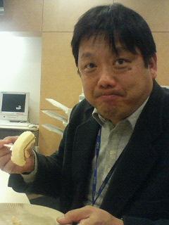 タワーロールを食べる菅野さん.jpg