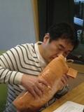 スタジオのひとこま①韓国土産のマクラを嗅ぐ.JPG