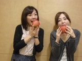 リンゴ丸かじりの2人.JPG